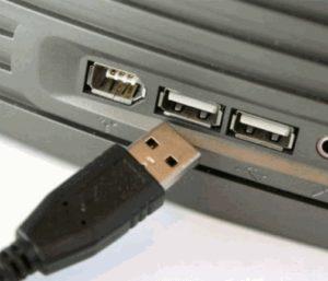 При подключении USB ноутбук выключается